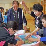 2015年12月16日 牧谷小学校6年生がコウゾのちりとりを行いました