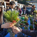 2015年12月27日 武義高生が道の駅美濃にわか茶屋でミニ門松を販売しました