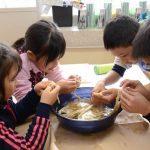 2016年1月13日 牧谷小全校児童によるコウゾのちりとりが行われました