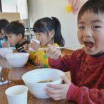 2016年2月25日 松美保育園で園児にラーメンがふるまわれました