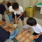 2016年7月5日 牧谷小学校で紙すき教室が開催されました