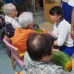 美濃市極楽寺の特別養護老人ホーム美和の里で1日、昭和中学校ボランティア部の生徒10人が育てた大玉スイカ5玉を同ホームへプレゼントしました。
