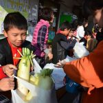 2016年11月17日 中有知小学校の児童が道の駅で大根を販売しました