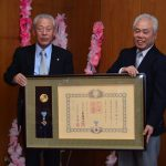 2016年12月5日 瑞宝双光章を受章した武藤幸治さんが叙勲の報告に訪れました