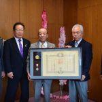2016年12月5日 元市議会議員の岩原輝夫さんが叙勲の報告に訪れました。