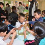 2018年1月11日 牧谷小全校児童によるコウゾのちりとりが行われました