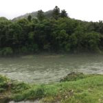 現在雨は止んでいますが曇っており、長良川は増水して濁っています。