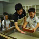 2018年7月13日 美濃ふたば幼稚園の園児が和紙のはがきを作りました