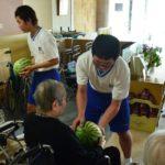 2018年7月31日 昭和中ボランティア部がスイカをプレゼントしました