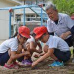 2019年6月14日 牧谷小学校でトロロアオイの種まきが行われました